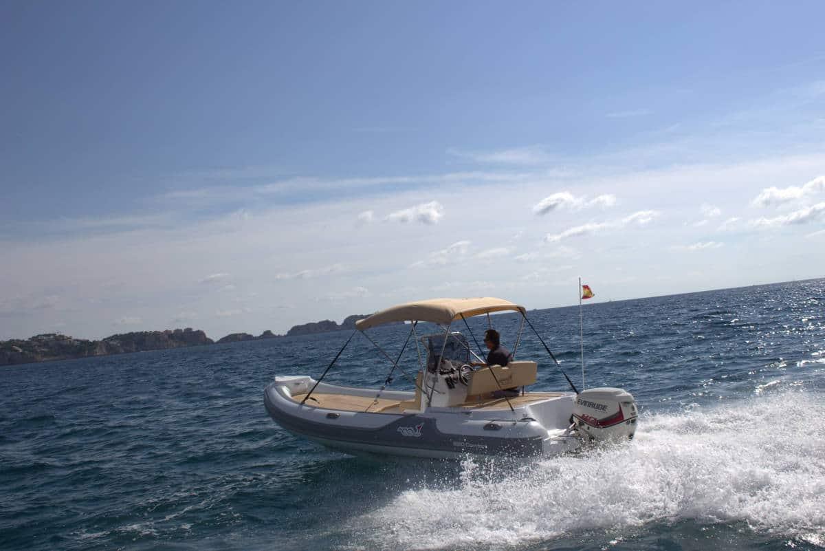 festrumpfschlauchboot-in-voller-fahrt-vor-andratx