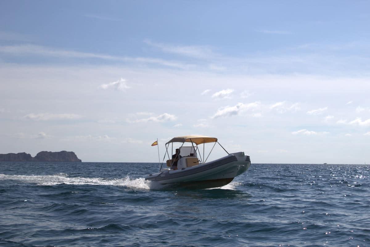 festrumpfschlauchboot-zwischen-Palma-und-Port-Andratx